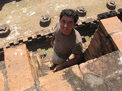 Ayutthaya370_WatMahathat_ClimbingUp