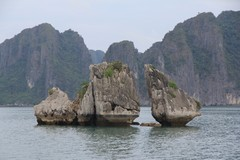 Vietnam5041_HaLong_KissingRocks