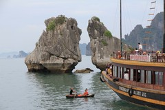 Vietnam5047_HaLong_KissingRocks