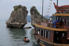 Vietnam5052_HaLong_KissingRocks