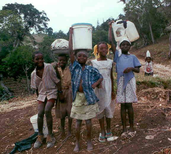 Explorer Mars ? Haiti-Children_Collecting_Water
